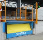 Semaforo bi-direzionale su pilastro fissato alla banchina di carico